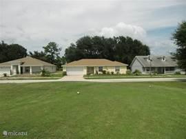 De villa gezien vanuit de golfbaan
