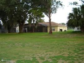 De villa gezien vanaf de golfbaan die achter het huis ligt