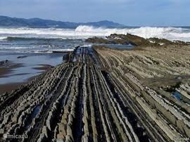 Stand Zumaia (30 auto- min van app.) Ruige kust met hoge golven(surf)