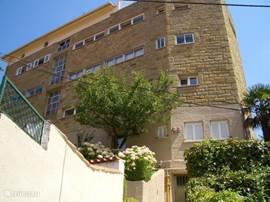 Het appartement bevindt zich op 1e verdieping van Villa Saloy,en is d.m.v. een trap te bereiken. Op slechts 200m van het strand.Mooi vrij uitzicht met veel groen en geen autoverkeer.