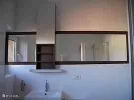 Badkamer; Douche, wc, badkamermeubel.