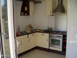 Keuken met balkon, veel licht, voorzien van vaatwasser,wasmachine,oven,magnetron,vriezer, etc. Met grote schuifpui