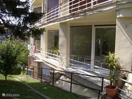 3 balkons & 3 grote schuifpuien (veel licht) 1 balkon heeft uitgang naar tuin !