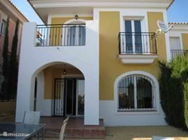 Ruime half-vrijstaande woning op het golfresort Bonalba. Het park heeft vele voorzieningen: golfbaan, zwembaden, tropische tuinen,tennis, paddle, fitness en schoonheidscentrum, saunas, winkels en restaurants. Strand op 10 minuten (San Juan en Campello).