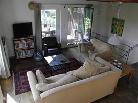 De woonkamer met toegang tot het balkon terras
