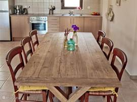 Grote eetkamer met open keuken.