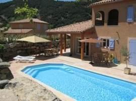 Zeer luxe villa gelegen aan de oever van de Ardeche met uitzicht op de rivier. Riante tuin met prive-zwembad en diverse terrassen. Gelegen in een park met het gezellige dorp Vallon Pont d Arc op 1,5 km. afstand. Geschikt voor max. 9 personen.