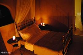 in de zomer is de loggia omgetoverd tot een romantische buitenslaapkamer tevens voorzien van screens.