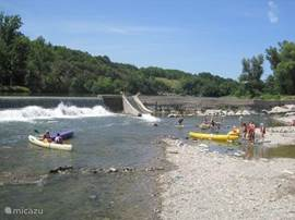 Bijna te zien vanuit onze voortuin, de bedrijvigheid op de rivier. Vissen, kanoen en zwemmen!