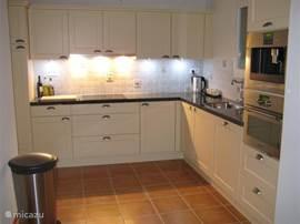zeer luxe keuken met alle denkbare apparatuur.