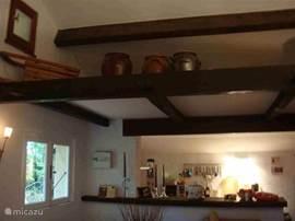 De keuken is van alle gemakken voorzien! 4-pits gasstel, rvs afzuigkap, koel-vrieskast en voldoende pannen/bestek/servies glazen/koppen/Senseo koffie apparaat