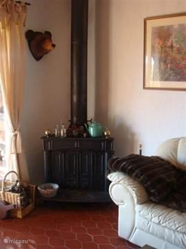 De houtkachel. Onze gasten mogen het gekapte hout dat naast het huis is opgeslagen, gratis gebruiken (zolang de voorraad strekt)