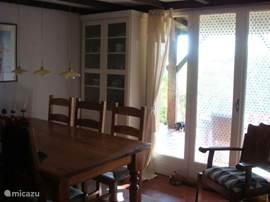 Eetkamer, met ruime eettafel en 6 stoelen. Heerlijke plek om uitgebreid te tafelen, spelletjes te doen (ook aanwezig, zoals scrabble, monopoly, speelkaarten, schaakspel en puzzels)