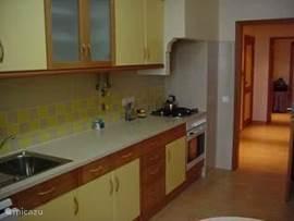 Keuken van alle gemakken voorzien, zoals oven, gasfornuis, pannen, etc.