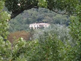 zicht vanop de Pont Roman bij het binnenkomen van het oude Nyons