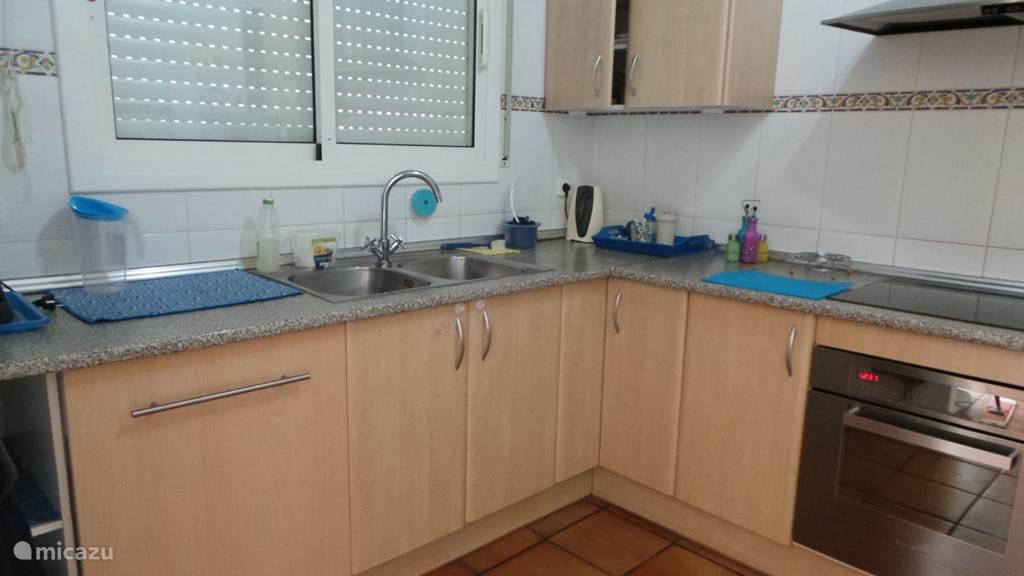 Keuken bovenverdieping met afwasmachine