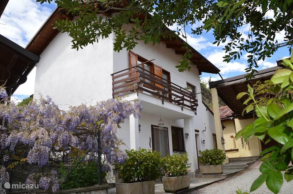 In één van de mooiste dalen van Italie, het Val Susa (omg. Turijn) ligt in een villawijk  aan de rand van het historische stadje Susa onze volledig ingerichte vrijstaande 6 persoons vakantiewoning. Nabij diverse grote skigebieden (Olympische Spelen 2006)
