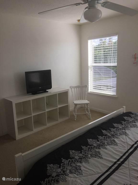 Welterusten-kamer met Kingsize bed. TV en uitzicht op het (verwarmd) privé zwembad.