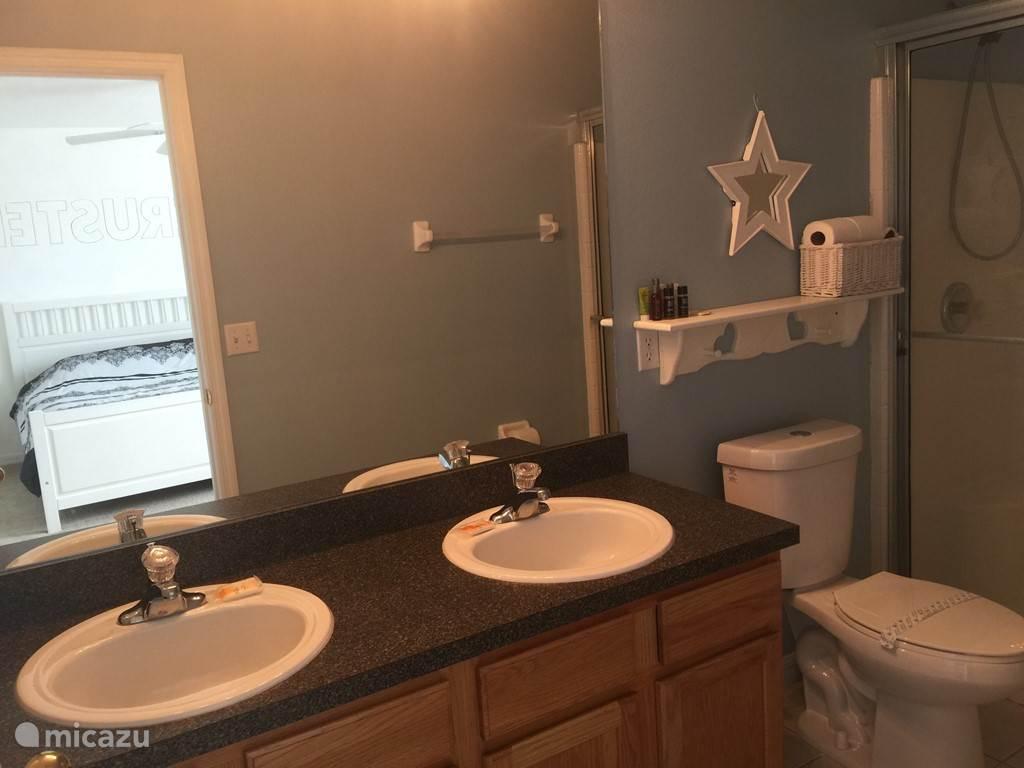 Badkamer met toilet van de kingsize slaapkamer