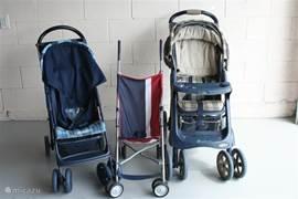 Naast autostoeltjes zijn er ook kinderwagens aanwezig.