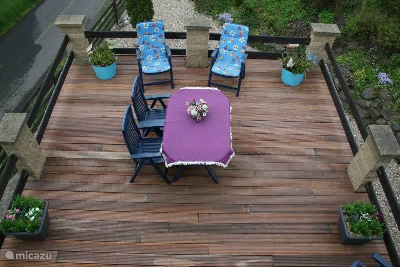 Groot balkon met tuinset en parasol met rondom panoramisch uitzicht. Begin 2014 is het balkon bekleed met warm hout.