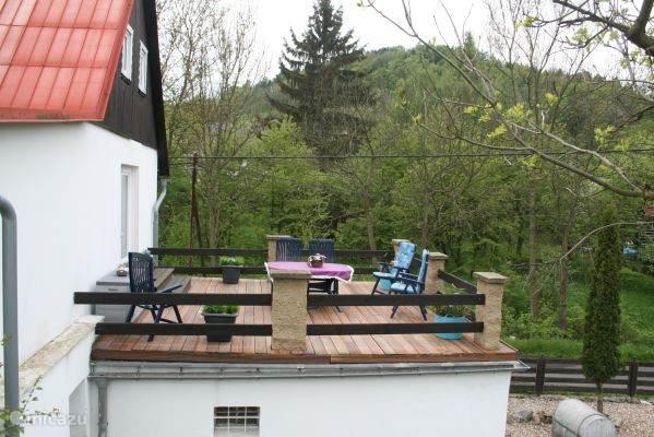 Balkon vanaf de achtertuin. Heerlijk om 's middags met een wijntje te genieten van de namiddagzon.