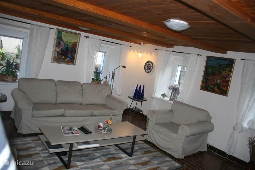 Gezellige woonkamer met schitterende lichtinval door kunststoframen. En een luxe 3-2-1 zits mag natuurlijk niet ontbreken als u 's avonds thuis aan het uitrusten bent van weer een avontuurlijke prachtige dag.