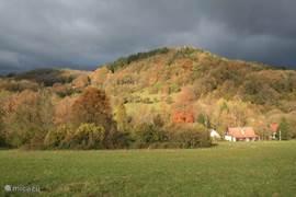 De schrale herfstzon in gevecht met de donkere lucht. Rechtsonder ziet u Nova Linka. Wat andere huizen van Blankartice zijn door de bomen aan het oog onttrokken. De herfst is adembenemend mooi in Noord-Bohemen.