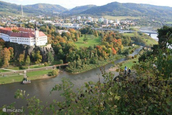 Uitzicht op kasteel in Decin langs de Elbe (in Tsjechie: Labe) vanaf hotel fecin; zie andere foto.