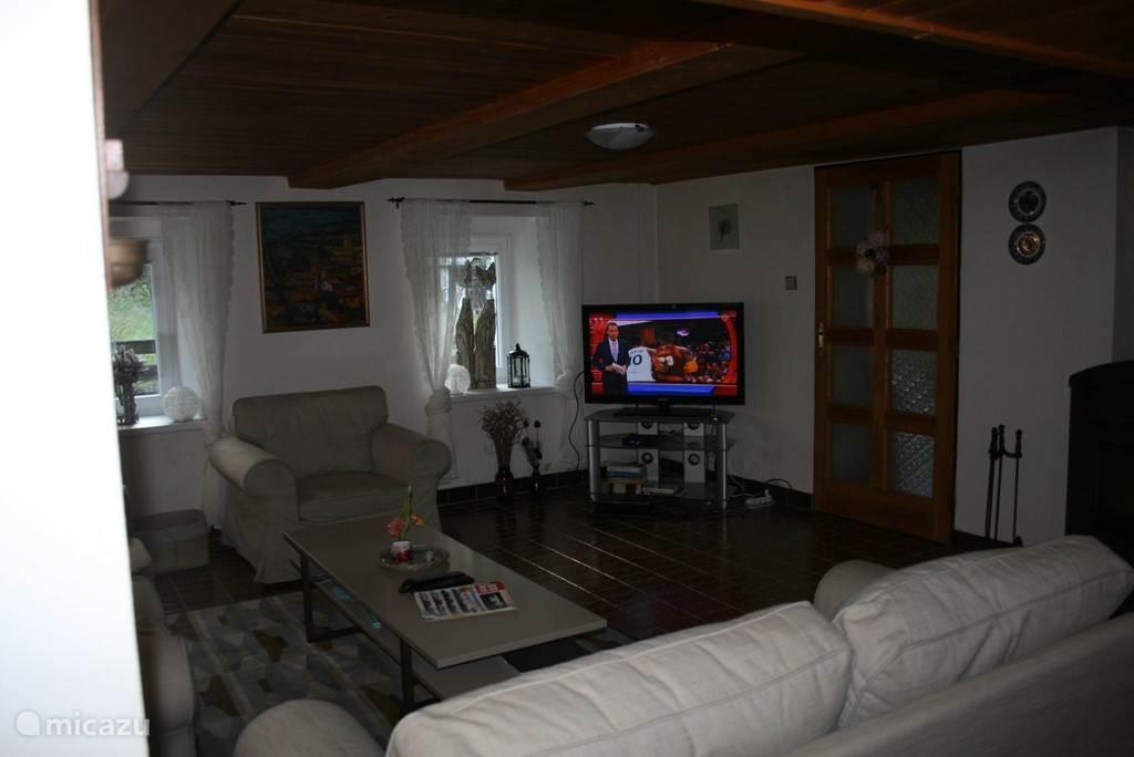 Nederlandse TV (schotel) met 107 cm flatscreen met alle bekende Nederlandse zenders en 300 buitenlandse kanalen.