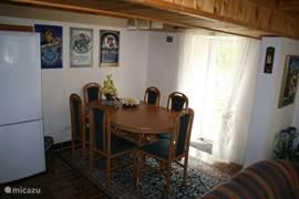 Apart eetgedeelte in huiskamer met uitschuifbare tafel voor 8 personen. Aan de muur boven u 3 authentieke emaille platen van Duitse biermerken.