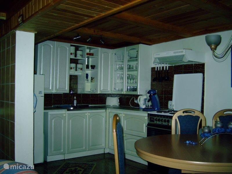 Volledig uitgeruste keuken met koel/vriescombi, magnetron, elektrisch fornuis/oven, koffiezetapparaat en Senseo.