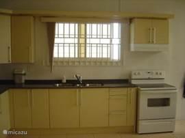 Keuken, rechts de electr. oven.