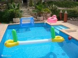 Zwembad met naar wens wat speelgoed daarin