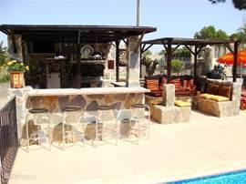 Bij het zwembad, gezellige bar voor lekker drankje, muziekje en potje darts