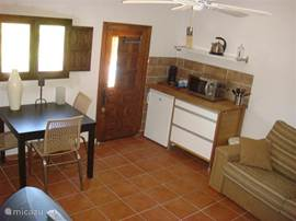 Casita Dito; woonkamer en keukenunit (Senseo, koelkast, magnetron, etc.). Bedbank met extra dekmatras.