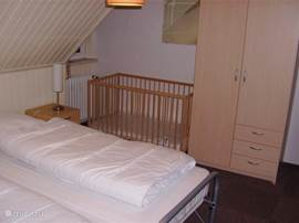Slaapkamer 3 Dit is de andere zijde van de slaapkamer. U ziet op deze foto ook een kinderledikantje staan. Daar hebben wij er twee van. In deze ledikantjes ligt alleen een matrasje. Dekbedden voor de hele kleintjes mag niet. U kunt voor uw peuter het beste zelf een lakentje en dekentjes meenemen.