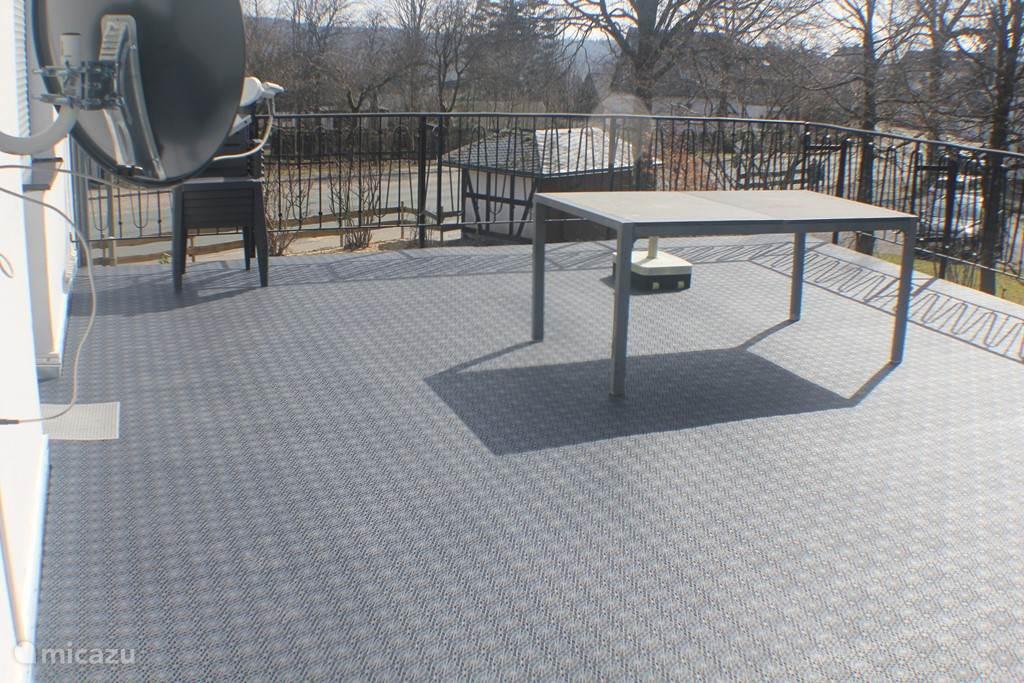 Nieuwe kunststof terrastegels gelegd.