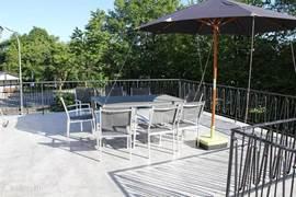 Op ons zonneterras van 45 m2 kunt u heerlijk relaxen. Een parasol zorgt bij hete zomerdagen voor de benodigde schaduw. Deze parasol moet wel worden vastgezet aan de railing van het balkon. Er zijn soms windvlagen waardoor de parasol kan omwaaien. Op ons terras staat een natuurstenen tafel.