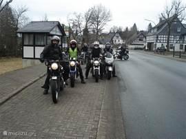 In april 2013 ontvingen wij de eerste groep motorrijders uit Amersfoort. De sneeuw was amper gesmolten. Deze groep heeft een fantastisch weekeinde gehad in het Sauerland. Zij hebben zelfs een motorroute aan ons doorgegeven. De motoren konden veilig in onze 3 garages worden geparkeerd.
