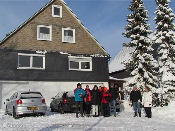 Onze vakantiewoning in de sneeuw. Skiën kan in Winterberg doorgaans van medio december tot medio maart. Als er begin december sneeuw valt, gaan de skipisten begin december al open.