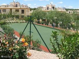 Balspeelplaats voor kleine balspelen (bijv. jeu de boules), gelegen tussen prachtige plantsoenen.