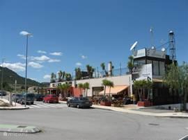 Een gezellige bar en dito Spaans restaurant bij het complex.