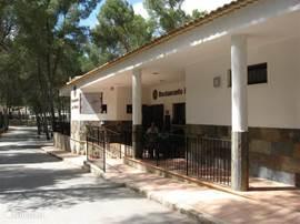 Restaurant Los Viveros. Een restaurant dat door de plaatselijke bevolking is ontdekt omdat het typische plaatselijke gerechten serveert tegen zéér gunstige prijzen. Beslist een aanrader!