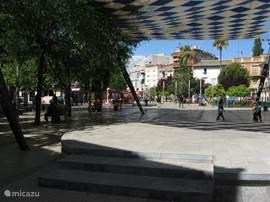 Het centrale plein van Calasparra met veel horeca, bazaars en andere winkeltjes.