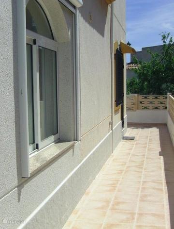Rechterkant van het huis, keukenkant. Aan de achterkant bevindt zich de trap naar het solarium .