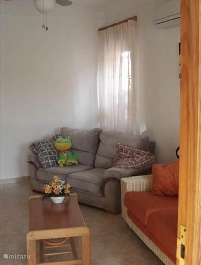 woonkamer met plafondventilator/lamp en airco (warm en koud)