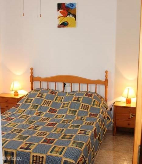 slaapkamer met één 2-persoons bed.