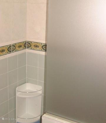 De badkamer met inloopdouche