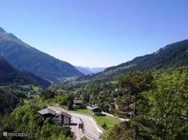 Uitzicht zomers vanuit Chalet Lara